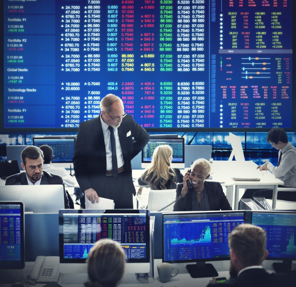 brokers monitoring stock markets