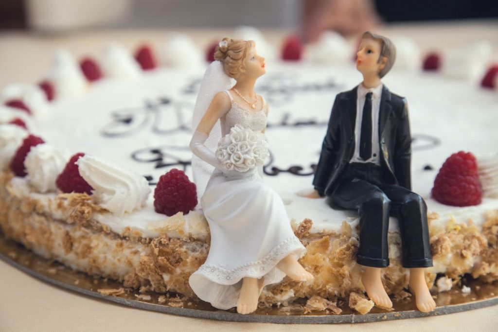 groom & bride figurine on wedding cake